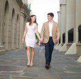 Jeunes couples marchant de pair Image stock