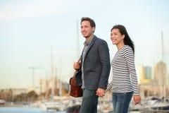 Jeunes couples marchant dehors dans le port de ville Images libres de droits