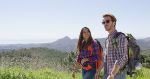 Jeunes couples marchant en montagnes Photographie stock libre de droits