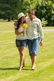 Jeunes couples marchant en parc nu-pieds Image stock