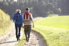 Jeunes couples marchant en stationnement Image libre de droits