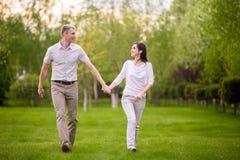 Jeunes couples marchant en stationnement Images stock
