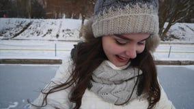 Jeunes couples marchant en stationnement Saison de l'hiver Couples affectueux marchant en parc et sourire d'hiver clips vidéos