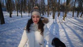 Jeunes couples marchant en stationnement Saison de l'hiver Couples affectueux marchant en parc et sourire d'hiver banque de vidéos