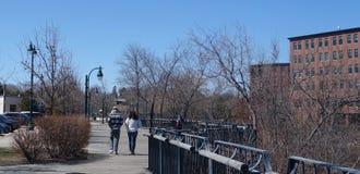 Jeunes couples marchant ensemble en hiver, chute ou premier printemps Photographie stock libre de droits