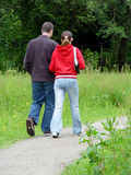 Jeunes couples marchant à l'extérieur Images libres de droits