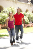 Jeunes couples marchant par la rue de ville Photo libre de droits