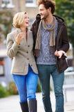 Jeunes couples marchant par le parc de ville ensemble Photo libre de droits