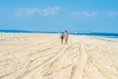 Jeunes couples marchant, parler, détendant sur la plage dans nouveau Jers Images libres de droits