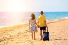 Jeunes couples marchant sur la plage Images stock