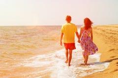 Jeunes couples marchant sur la plage Photo stock