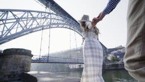 Jeunes couples marchant sur le remblai clips vidéos
