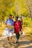 Jeunes couples marchant sur un chemin avec une carte à l'hiver Sculptur Images libres de droits