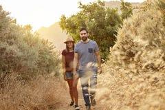 Jeunes couples marchant sur un chemin de montagne Image libre de droits