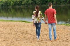 Jeunes couples marchant vers le bord du lac Photos libres de droits