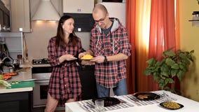 Jeunes couples mettant la table, étant prête pour le dîner banque de vidéos
