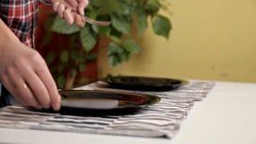 Jeunes couples mettant la table, étant prête pour le dîner clips vidéos