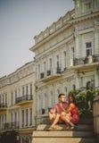 Jeunes couples mignons dans étreindre d'amour, se reposant sur des escaliers dehors à la rue verte de ville, été Photos libres de droits