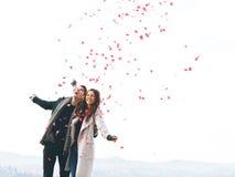 Jeunes couples mignons dans l'amour, chute de coeurs Images libres de droits