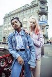 Jeunes couples mignons des amies d'adolescents ayant l'amusement, l'Europe de déplacement, citylife moderne de mode, personnes de Image stock