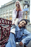 Jeunes couples mignons des amies d'adolescents ayant l'amusement, l'Europe de déplacement, citylife moderne de mode, personnes de Photographie stock