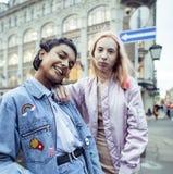 Jeunes couples mignons des amies d'adolescents ayant l'amusement, l'Europe de déplacement, citylife moderne de mode, personnes de Photographie stock libre de droits