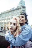 Jeunes couples mignons des amies d'adolescents ayant l'amusement, l'Europe de déplacement, citylife moderne de mode, personnes de Image libre de droits
