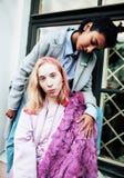 Jeunes couples mignons des amies d'adolescents ayant l'amusement, l'Europe de déplacement, citylife moderne de mode, personnes de Photo stock