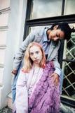 Jeunes couples mignons des amies d'adolescents ayant l'amusement, l'Europe de déplacement, citylife moderne de mode, personnes de Images libres de droits