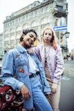 Jeunes couples mignons des amies d'adolescents ayant l'amusement, voyageant Photo libre de droits