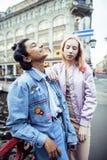 Jeunes couples mignons des amies d'adolescents ayant l'amusement, voyageant Images libres de droits
