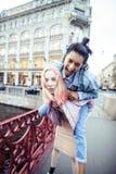 Jeunes couples mignons des amies d'adolescents ayant l'amusement, voyageant Image stock