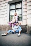 Jeunes couples mignons des amies d'adolescents ayant l'amusement, voyageant Photo stock