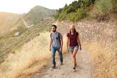 Jeunes couples mignons flânant vers le haut de la montagne Images stock