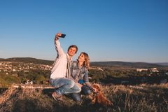 Jeunes couples mignons heureux faisant le selfie dehors images libres de droits