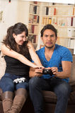 Jeunes couples mignons jouant des jeux vidéo Images stock