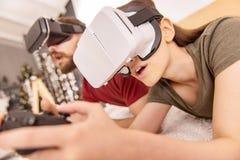 Jeunes couples mignons passant de niveau en verres de VR Photos libres de droits