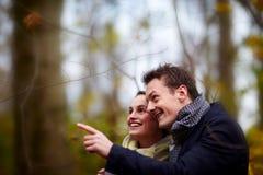 Jeunes couples mignons regardant et se dirigeant Photos libres de droits