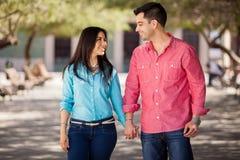 Jeunes couples mignons tenant des mains Photo libre de droits
