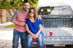 Jeunes couples mignons traînant dehors Image libre de droits