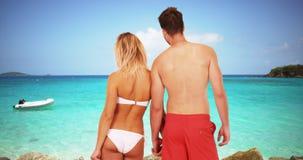 Jeunes couples millénaires attrayants se tenant ensemble à la plage Photos stock