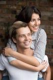 Jeunes couples millénaires dans l'amour embrassant attendre avec intérêt le fut Images stock