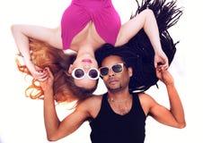 Jeunes couples mélangés mignons sur le plancher Photo libre de droits