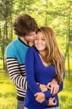Jeunes couples montrant leur amour pour la pose d'appareil-photo Images libres de droits