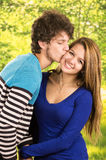 Jeunes couples montrant leur amour pour la pose d'appareil-photo Photographie stock