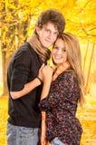 Jeunes couples montrant leur amour pour la pose d'appareil-photo Photos libres de droits