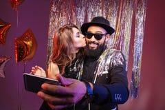 Jeunes couples multi-ethniques embrassant et prenant le selfie Photo stock