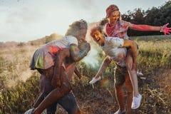 Jeunes couples multi-ethniques ferroutant au festival de holi Photos stock