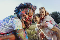Jeunes couples multi-ethniques ferroutant au festival de holi Photographie stock