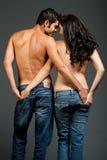 Jeunes couples multiraciaux sexy dans l'amour Photographie stock libre de droits